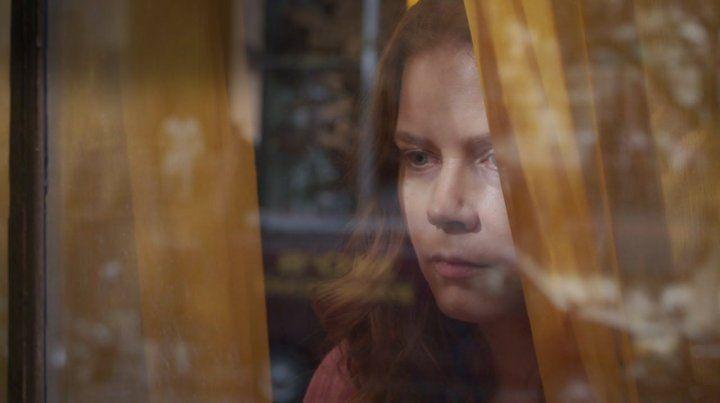 Amy Adams se pone en la piel de una psicóloga que es testigo de un crimen en La mujer en la ventana.