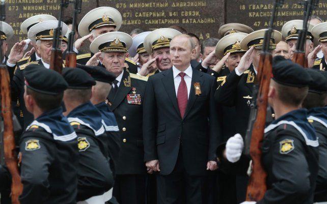 ARCHIVO - Vladimir Putin en un desfile que marca el Día de la Victoria en Sebastopol