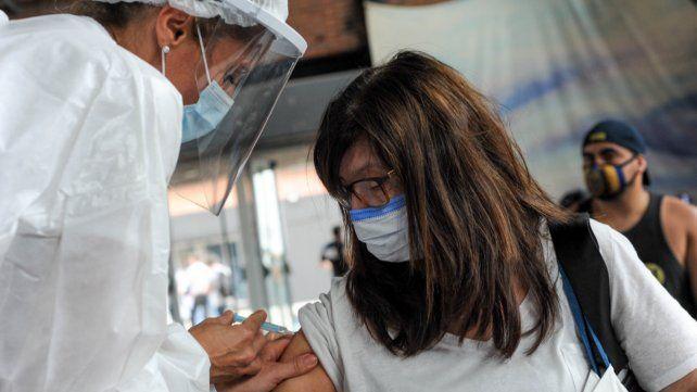 Trabajadores de la salud de Santa Fe reciben la vacuna rusa Sputnik V.
