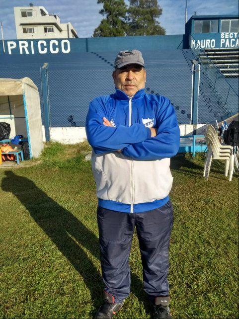 Un utilero de lujo. Juan Estrella, uno de los históricos que siempre está presente en el club de barrio Sarmiento.