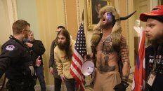 El activista Chansley, con los cuernos, el día del asaltoal Capitolio, cuando se hizo famoso. Ahora está detenido y procesado bajo graves cargos federales.