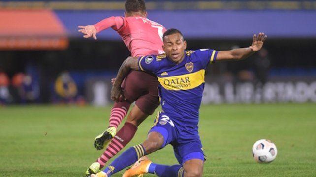Luchado. Sebastián Villa disputa el balón con Michael Hoyos. Así fue todo el partido.