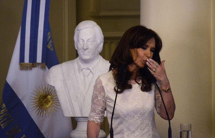 La presidenta descubrió un busto del ex presidente Néstor Kirchner en la Casa Rosada.