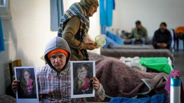 Hernán Gabriel Lezcano de 28 años y vendedor ambulante muestra la foto de su hija