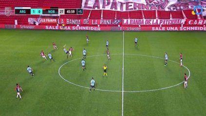 El off side mal cobrado a Pablo Sabbag. El colombiano estaba plenamente habilitado y pudo marcar el empate de Newells. En la imagen de TV se ve claramente el cabezazo hacia atrás de Villalba.