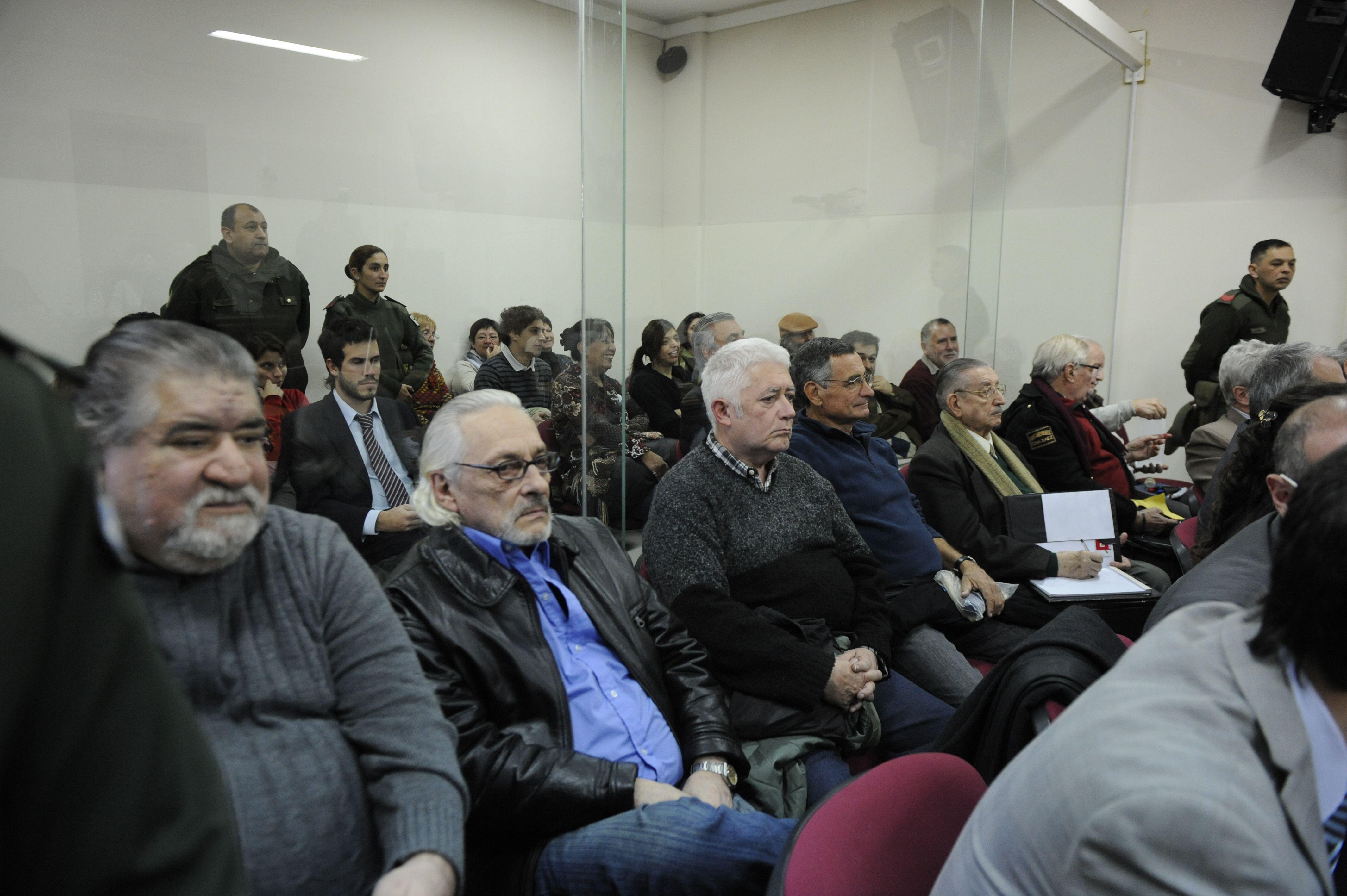 acusados. Siete de los imputados escucharon los cargos en la sala de audiencias.