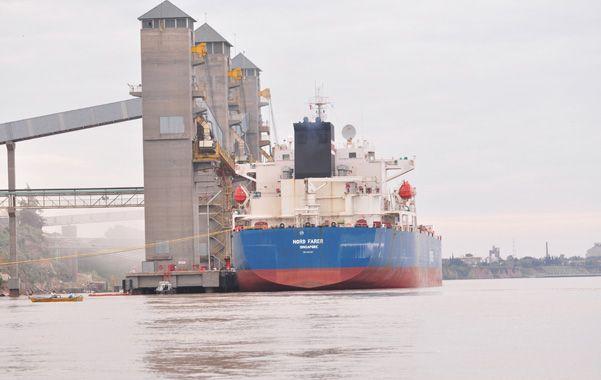Embarques. La actividad portuaria es inusual para esta época del año. Es por la movilización del stock de cereales.