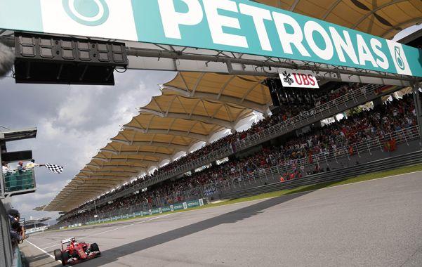 A fondo. La Ferrari de Vettel voló en Sepang y dejó atrás a los Mercedes.