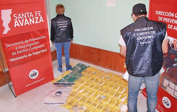 Ordenados. La droga estaba distribuida en 99 panes ocultos en el doble fondo de la caja de una camioneta.