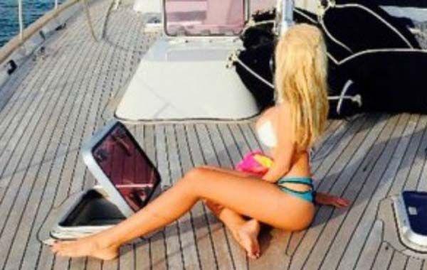 Charlotte mostró sus curvas a bordo de un lujoso yate.