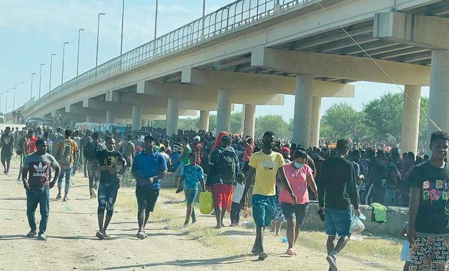 Miles de haitianos pasan sus días debajo de un puente de la ciudad fronteriza de Del Río.