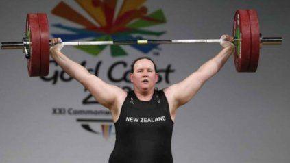 Laurel Hubbard, una pesista transgénero que hasta los 35 años compitió como hombre.