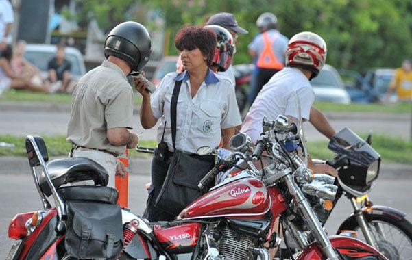 Test de alcoholemia. Un motociclista se somete a un control en la zona norte de la ciudad. (foto: Gustavo de los Ríos)
