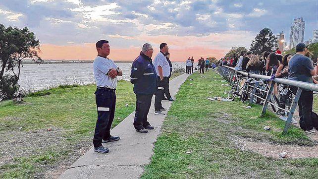 Medidas. En el parque de las Colectividades se dispuso un cordón de inspectores municipales para que la gente no se acerque a la barranca.