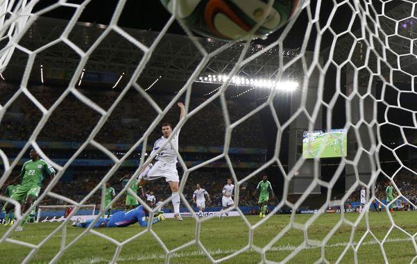 Triunfazo. La pelota besa la red tras el disparo de Odemwingie que les da la victoria a las Aguilas Verdes .