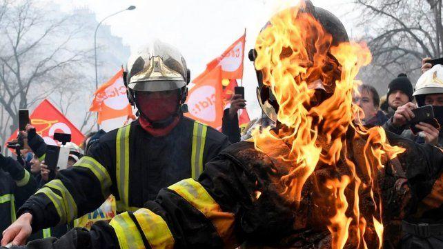 Bomberos se enfrentan a policías en una manifestación en París