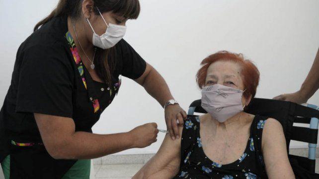 Una mujer de 98 años recibe su dosis de la vacuna rusa Sputnik V contra el coronavirus en el distrito Sudoeste.