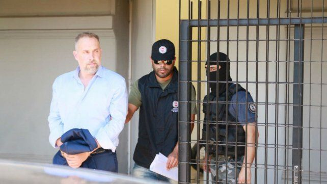 Cellla es escoltado por policías de Investigaciones tras quedar detenido.