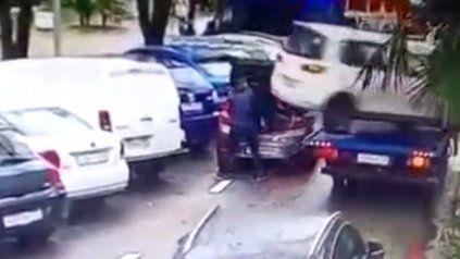 El chofer de la grúa no midió distancias y se produjo el incidente con otro vehículo.