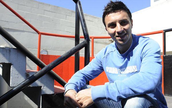 Scocco posó gustoso para la producción fotográfica con Ovación durante la entrevista en el predio de Bella Vista.