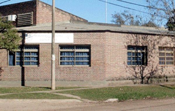 El enfrentamiento fue a la salida de la Escuela de Enseñanza Técnica Nº 399 Gastón Gori de esa ciudad lindante con la capital provincial.