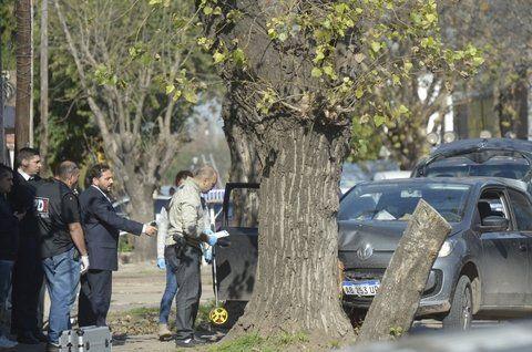 escena. El fiscal Adrián Spelta frente al Volkswagen Up de las víctimas.