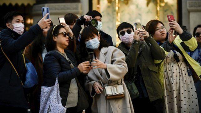 Milán. Grupos de turistas con máscaras recorren las calles de la ciudad.