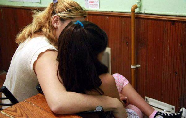 Susto. La nena atacada junto a su madre en la escuela José Salas