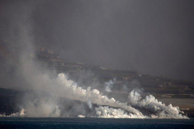 El gran volumen de lava espesa que llega al mar esconde otro peligro, además del más obvio de la destrucción directa por contacto.