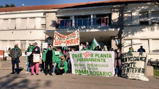 Trabajadores del área de enfermería y otros sectores del Eva perón reclaman por sus derechos.
