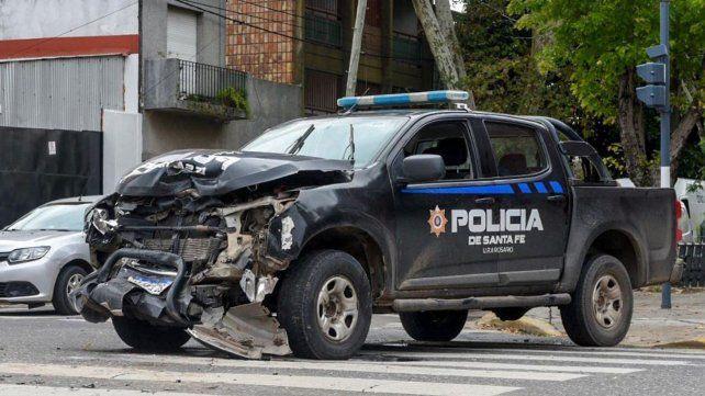 Un patrullero pasó en rojo y chocó a una camioneta