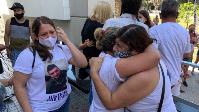 La mamá de David Campos se abraza con un familiar al conocerse el fallo en el Centro de Justicia Penal.