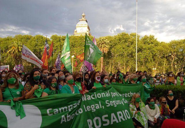 Las verdes siguieron el debate en Diputados en una vigilia tensa y emotiva en la Plaza San Martín.