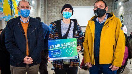 Brian, de 21, años fue quien recibió la vacuna número 25.000 en la ciudad. Estuvo el intendente Adrián Maglia.