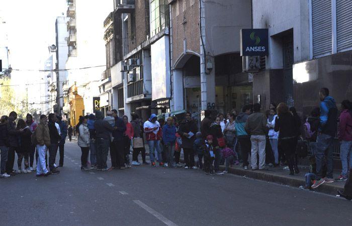 Decenas de vecinos con turno quedaron sin ser atendidos esta mañana. (Foto: Sebastián Suárez Meccia)