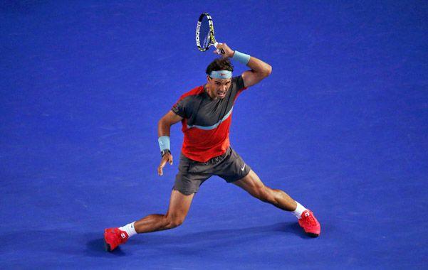 Pura furia. El español saca su clásico drive en el gran partido ante Federer.