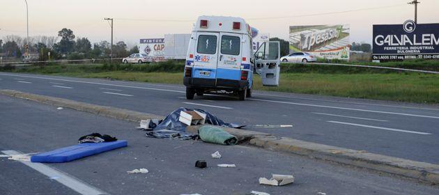 La ambulancia del Sies dio varios tumbos pero quedó sobre sus cuatro ruedas. (Foto: V. Benedetto)
