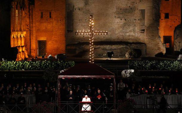 Imponente. Francisco en el centro de la plataforma en el Palatino. Desde allí siguió las instancias del Vía Crucis.