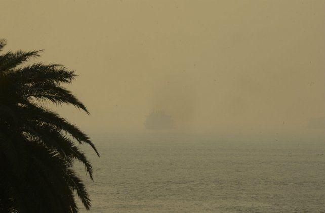 La densidad del humo impide ver el barco y el sector de las islas.
