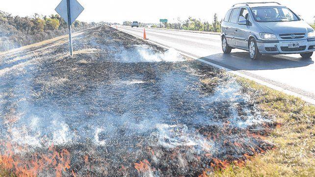fuego. Las llamas suelen observarse a la vera de la ruta que une a la ciudad con Victoria.