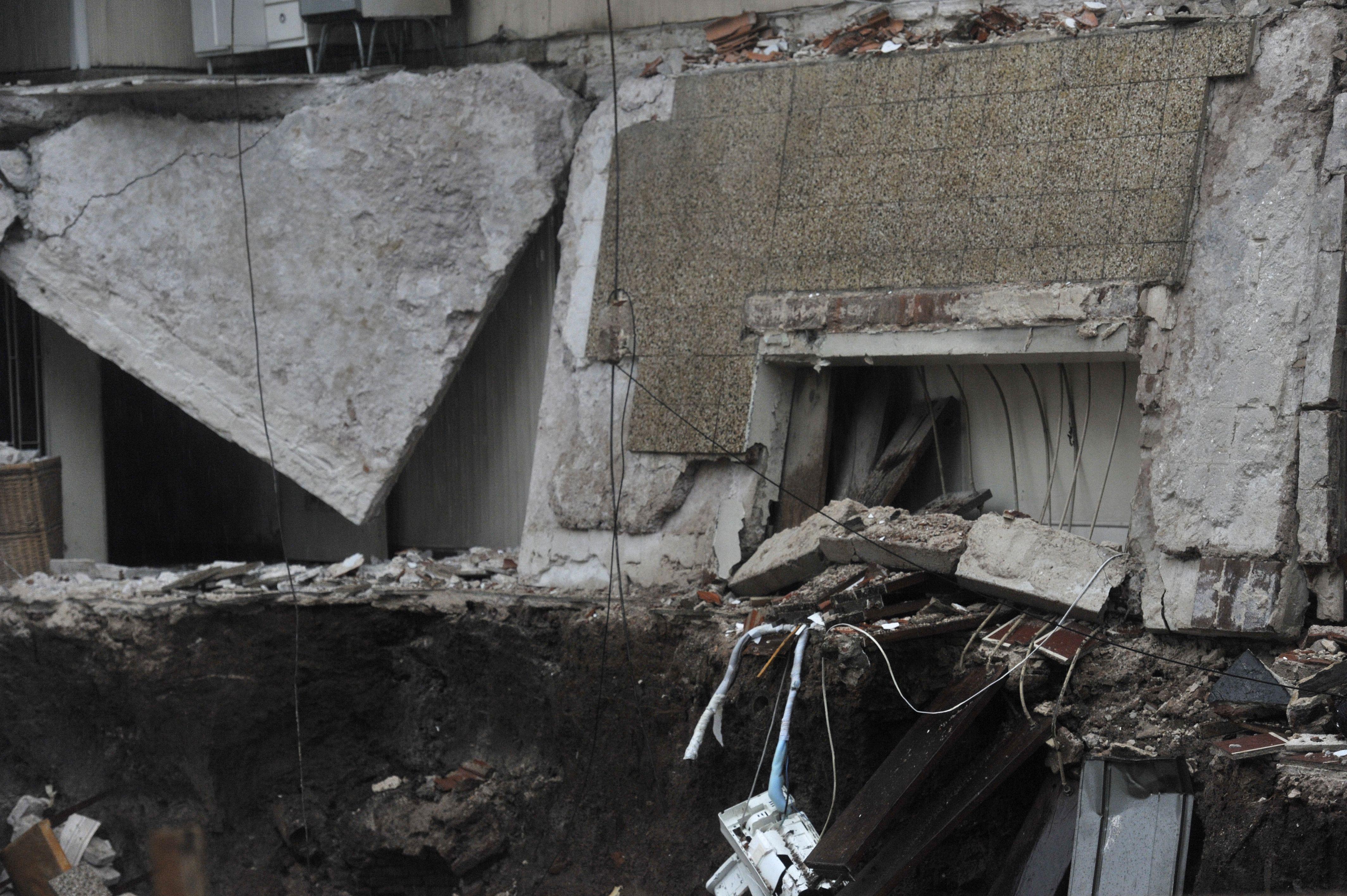 El temporal del viernes socavó los cimientos de viviendas linderas a una obra en construcción y produjo importantes daños. (Virginia Benedetto / La Capital)