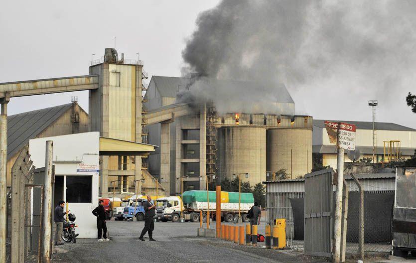 Conmoción. A minutos de iniciado el incendio la humareda preocupó a los vecinos de la planta sanlorencina.