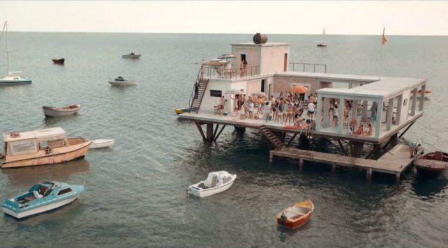 El ingeniero Giorgio Rosa ubicó la estructura fuera de las aguas territoriales de su país. Para el filme se reconstruyó el espacio en una piscina infinita en Malta.