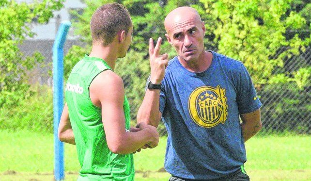 Atento. Paolo Montero dialoga con Marco Ruben en un alto de la práctica canalla en el country de Arroyo Seco.