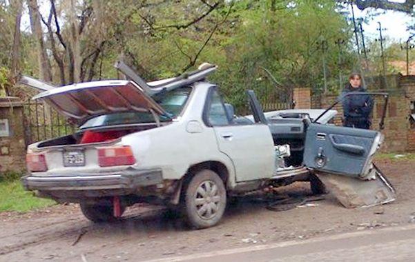 El Renault quedó destrozado. Por las características el choque pudo haber dejado aún más víctimas fatales.