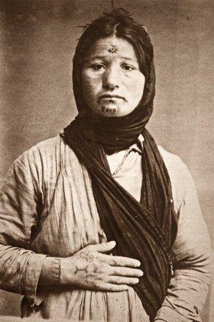 Mujer armenia tatuada por los turcos.