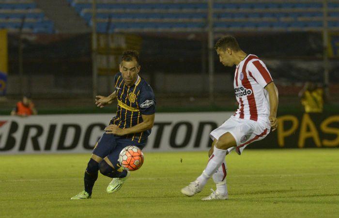 El Chelito Delgado maniobra ante un defensor rival. (Foto: Héctor Río)