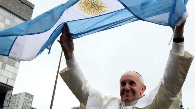 El Papa y una bandera argentina.