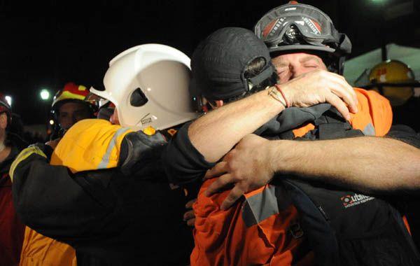 El conmovedor abrazo de los rescatistas al concluir las tareas. (Foto: Francisco Guillén).
