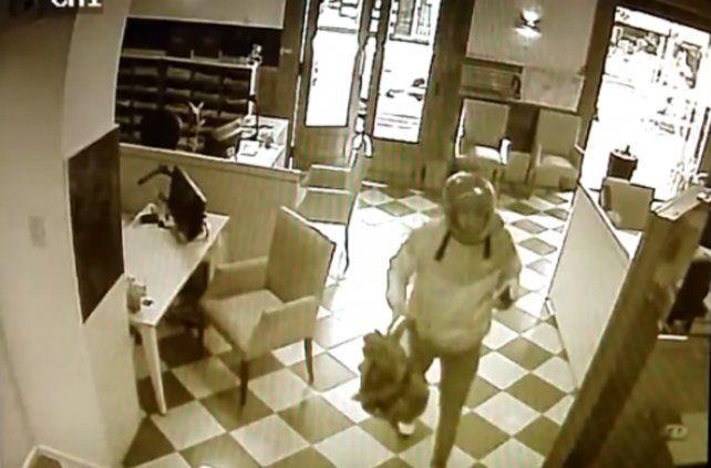Un video de las cámaras de seguridad registró el asalto exprés que sufrió hoy La Capital.